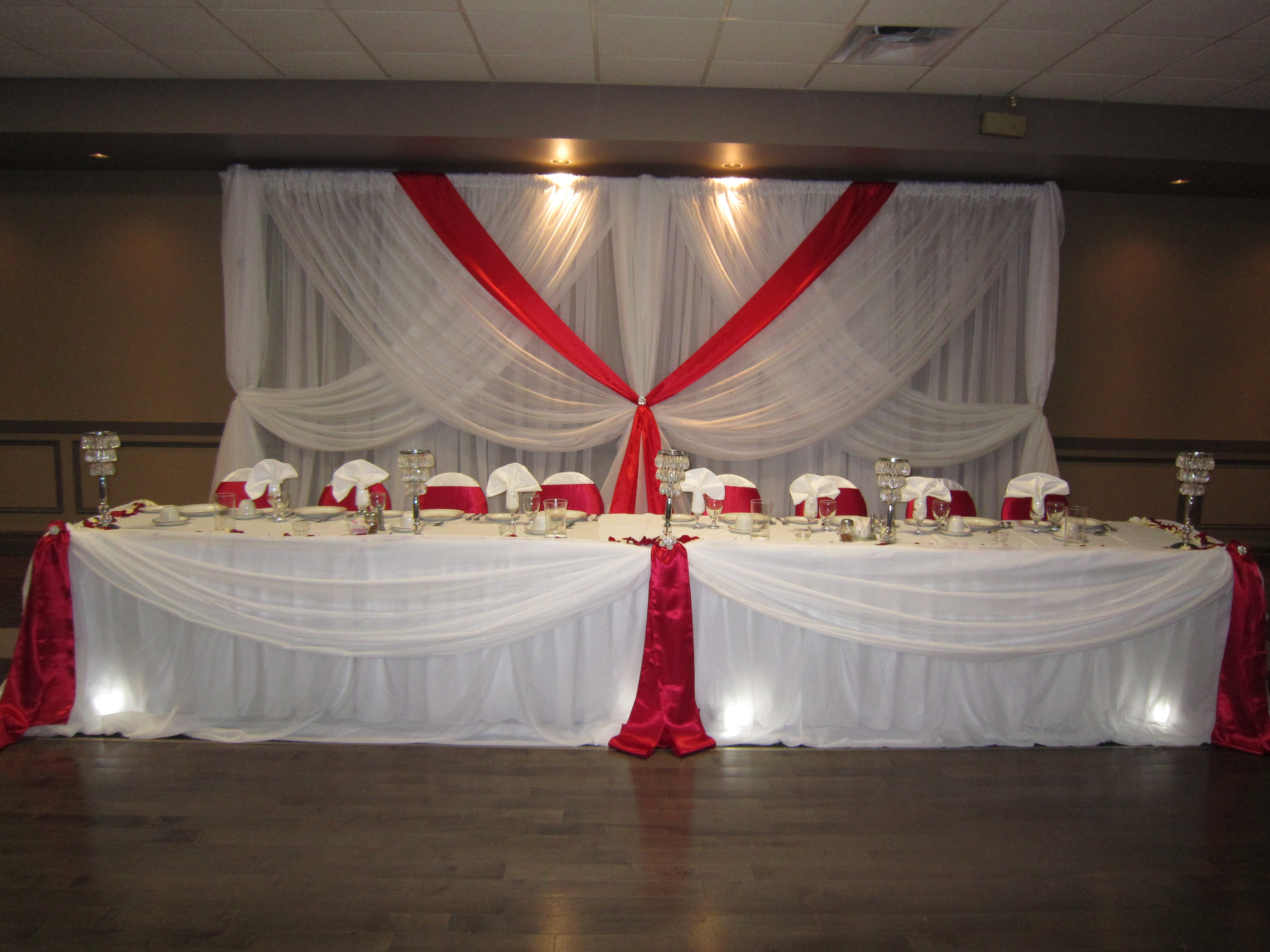 Red roses set the mood decor - Red and white decorations ...