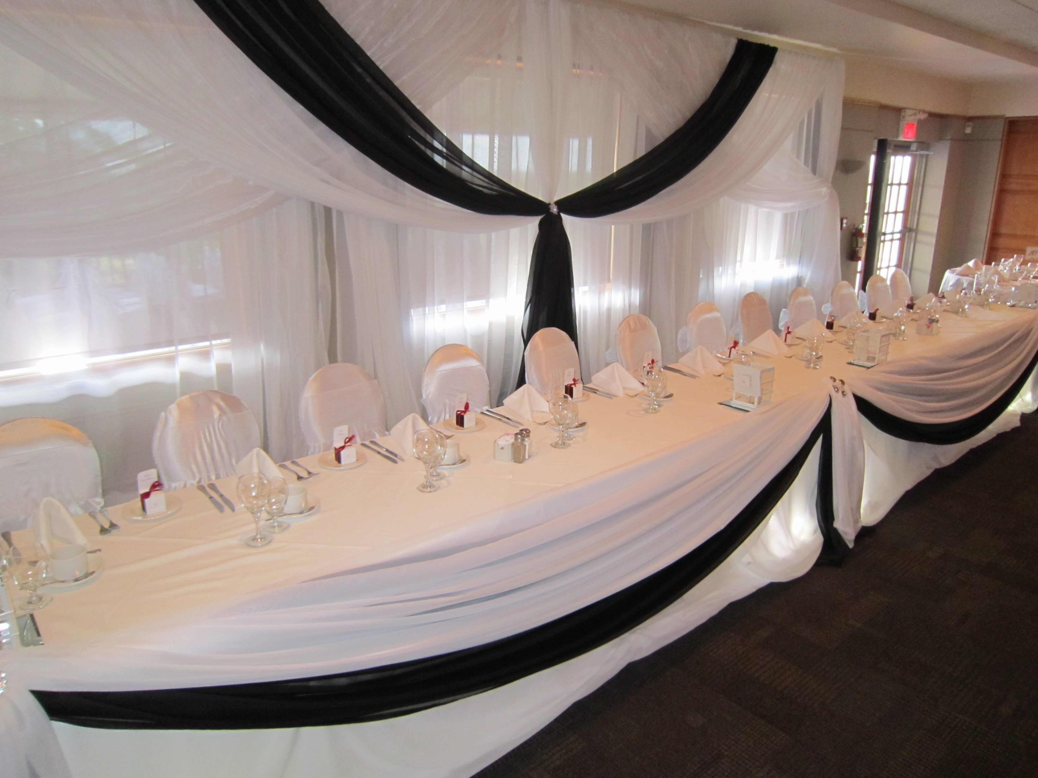 head table with spot lights